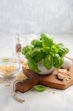 Ингридиенты для делать зеленый соус песто итальянка еды здоровая Стоковое фото RF