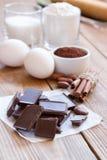Ингридиенты для делать печенья обломока шоколада на деревянной предпосылке Стоковое Изображение RF