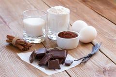 Ингридиенты для делать печенья обломока шоколада на деревянной предпосылке Стоковая Фотография RF