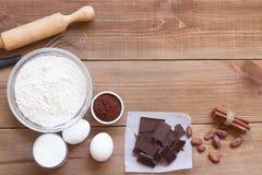Ингридиенты для делать печенья обломока шоколада на деревянной предпосылке Стоковая Фотография