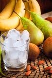 Ингридиенты для зеленых smoothies: бананы, киви, груши и лед Стоковые Фото