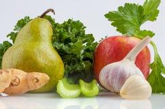 Ингридиенты для листовой капусты трясут изолированный на белой предпосылке Стоковые Изображения