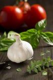 Ингридиенты для итальянских рецептов: Чеснок, базилик, душица и томаты Стоковое фото RF