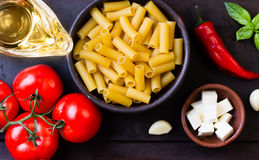 Ингридиенты для итальянского салата желают макаронные изделия, овощи, сыр Взгляд сверху стоковые изображения