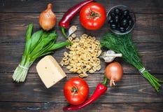 Ингридиенты для макаронных изделий, овощи на старой таблице Взгляд сверху стоковые изображения rf
