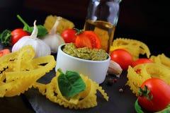Ингридиенты для макаронных изделия с соусом pesto Стоковое Изображение RF