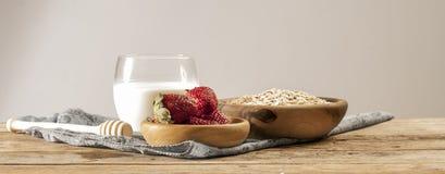 Ингридиенты для овсяной каши с свежими фруктами или smoothie Стоковое Фото