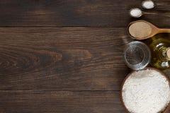 Ингридиенты для домодельного теста пиццы на деревянной предпосылке Стоковое Изображение RF