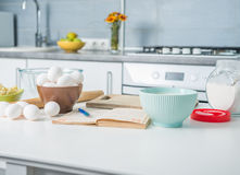 Ингридиенты для печь на таблице Стоковые Фотографии RF