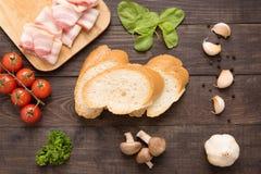 Ингридиенты для сандвича на деревянной предпосылке Стоковая Фотография
