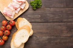 Ингридиенты для сандвича на деревянной предпосылке Стоковые Изображения