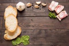 Ингридиенты для сандвича на деревянной предпосылке Стоковые Изображения RF