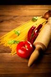 Ингридиенты для спагетти на деревянном столе стоковые изображения rf