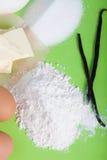 Ингридиенты для сладостного печенья на предпосылке покрашенной бумаги Стоковая Фотография