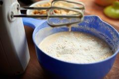 Ингридиенты для яблочного пирога на таблице Стоковые Изображения
