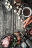Ингридиенты для Bourguignon Boeuf на старой вертикали деревянного стола Стоковое Изображение
