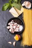 Ингридиенты для carbonara alla спагетти Стоковая Фотография RF