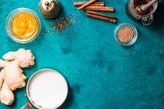 Ингридиенты для latte турмерина на cyan взгляд сверху предпосылки стоковые фотографии rf