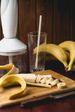 Ингридиенты для smoothies банана: Бананы, blender на темной ржавчине Стоковая Фотография