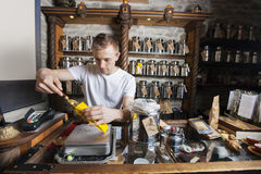 Ингридиент мужского предпринимателя черпая в бумажную сумку на магазине чая стоковые фото