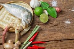 Ингридиент супа Тома Yum пряного с испаренной кухней еды рыб скумбрии традиционной тайской Стоковые Изображения