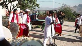 Индеец барабанит представлением на фестивале видеоматериал