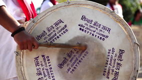 Индеец барабанит представлением на фестивале сток-видео