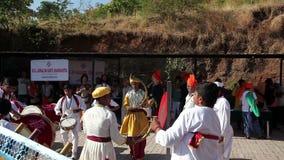Индеец барабанит представлением на фестивале акции видеоматериалы