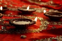 Индеец Diwali Diya с праздничными светами и Bokeh Стоковые Фотографии RF