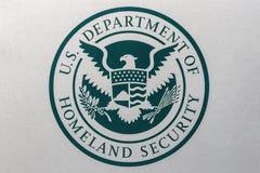Индианаполис - около август 2018: Логотип и уплотнение отдела Соединенных Штатов безопасности родины ЛЕД i бегов DHS стоковое изображение