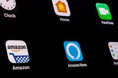 Индианаполис - около апрель 2018: Амазонка и отголосок Alexa App амбивалентности com самый большой основанный на интернет-техноло Стоковые Фото