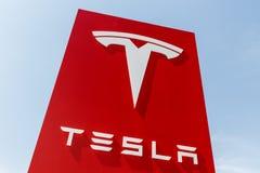 Индианаполис - около апрель 2018: Пункт обслуживания Tesla Tesla конструирует и изготовляет седан II модели s и модели x электрич Стоковые Фотографии RF