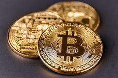 Индианаполис - около апрель 2018: Физическое Bitcoin Bitcoin балансировано для того чтобы быть цифровыми и cryptocurrency двадцат Стоковое Изображение RF