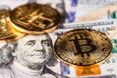 Индианаполис - около апрель 2018: Bitcoin на кровати 100 долларовых банкнот Bitcoin балансировано для того чтобы быть цифровым Cr Стоковые Фото