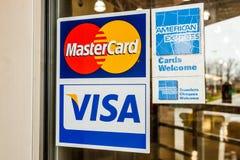 Индианаполис - около апрель 2018: Mastercard и Американ Экспресс логотипы ВИЗА, Mastercard и AMEX предлагают много продуктов опла Стоковая Фотография RF