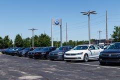 Индианаполис - около июль 2018: Автомобили Фольксвагена и дилерские полномочия SUV VW среди производителей автомобилей ` s мира с Стоковое Фото