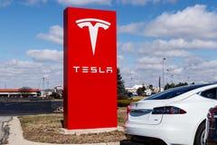 Индианаполис - около март 2019: Пункт обслуживания Tesla Tesla говорит что новые станции суперчаржера V3 уменьшат перезарядить вр стоковые фотографии rf