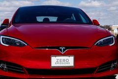 Индианаполис - около март 2019: Пункт обслуживания Tesla Tesla говорит что новые станции суперчаржера V3 уменьшат перезарядить вр стоковое фото rf