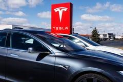 Индианаполис - около март 2019: Пункт обслуживания Tesla Tesla говорит что новые станции суперчаржера V3 уменьшат перезарядить вр стоковое изображение