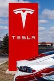 Индианаполис - около март 2019: Пункт обслуживания Tesla Tesla говорит что новые станции суперчаржера V3 уменьшат перезарядить вр стоковые фото