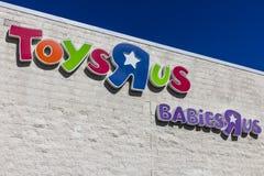Индианаполис - около сентябрь 2017:  R† Toys†мы розничное положение торгового центра  R† Toys†мы розничный торговец и Стоковое фото RF