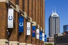 Индианаполис - около сентябрь 2017: Башня Salesforce как увидено от стадиона масла Lucas, дома Colts VI Стоковое Фото