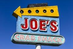 Индианаполис - около сентябрь 2017: Signage лачуги краба ` s Джо Лачуга краба ` s Джо цепь пляж-тематических ресторанов морепроду Стоковые Фото