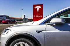 Индианаполис - около сентябрь 2017: Tesla едет на автомобиле местный автосалон Tesla изготовляет седан IV модели s электрический Стоковое Изображение