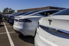 Индианаполис - около сентябрь 2017: Tesla едет на автомобиле местный автосалон Tesla изготовляет седан VI модели s электрический Стоковая Фотография