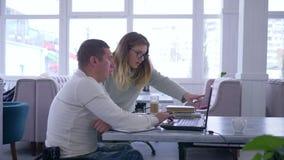 Индивидуальная лекция для неработающей, успешной женщины воспитателя в eyeglasses проводит изучать для инвалидного мужчины дальше видеоматериал