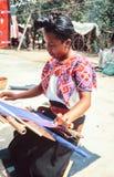 Индигенная женщина Майя Tzotzil сплетя традиционное Huipil на тени Стоковые Изображения RF
