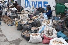 Индигенные женщины продавая картошки для покупок улицы в Huancayo стоковое фото