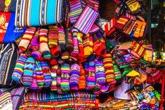 Индигенные одежды на рынке в Ла Paz - Боливии стоковые фото