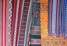 Индигенные ткани на местном рынке стоковые фотографии rf